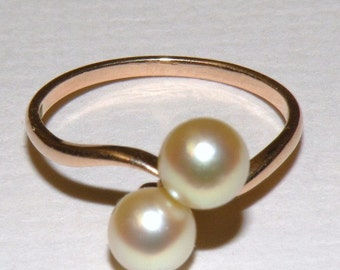 10K Yellow Gold with Two Cultured Pearls Ring size 6