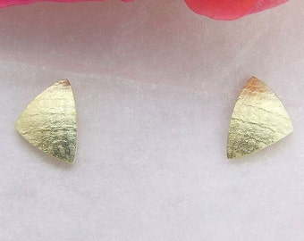 Earrings gold 585 /-, triangle 7.5 mm textured paper, handmade
