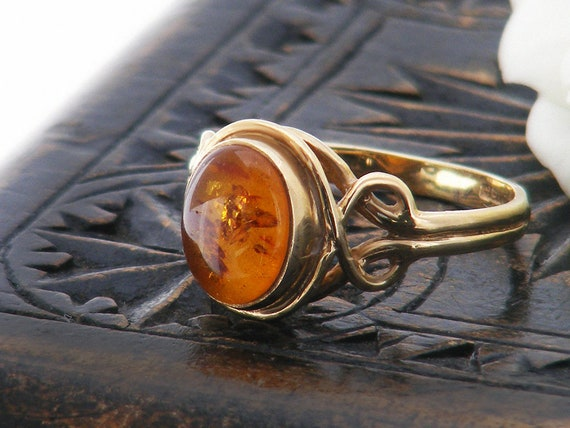 9 Carat Gold Vintage Baltic Amber Ring | Oval Cabochon | 9ct Gold Vintage Amber Ring, Lily Pad Inclusions - US Ring Size 6, UK Ring Size M