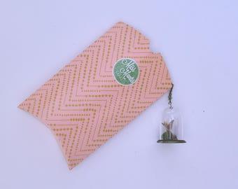 Distel Vlinder | Glazen stolp ketting, met een handegmaakte vlinder, mos en een takje. Distel vlinder van textiel tot sieraad