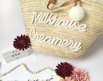 Großer Stroh Korb mit Pompons personalisiert und Worte beim Stricken / Geschenke Muttertag / Strand Korb / Weidenkorb / shopping Tasche