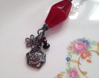 Assemblage - Artisan rouge verre perle pendentif - collier - Bijoux rouges - fleur collier - OOAK - fil enroulé pendentif