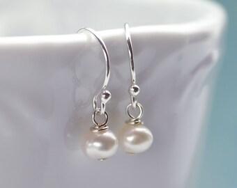 Klassische Perle Ohrringe, Süßwasser Perlen Ohrringe, weiße Perle Ohrringe, Silber und Perlen Ohrringe, Brautjungfer Ohrringe