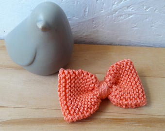Small knit bow brooch - coral cotton - wool flower