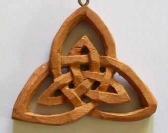 Celtic collar talla en madera, talla en madera hecha a mano, 1.7 x 1.9 en.