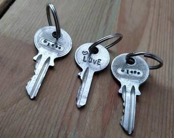 Sleutelhanger van oude sleutel met tekst LOVE en hartje. Ongeveer 5x1,5 cm. Inclusief stevig ringetje.