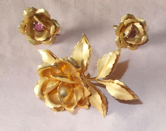Sa;e Vtg Bugbee and Niles Set Demi Pin Earrings Gold Tone Roses Pink Rhinestones Retro Realistic Dimensional Very Good