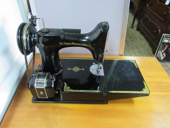 Singer Featherweight 221 Sewing Machine with case, manual & accessories