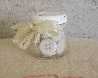 Cinquante boutons blancs dans un petit bocal Repurposed
