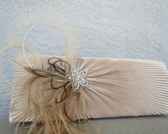 Wedding Champagne Farbe Satin Plissee Evening Clutch mit Federn und Strass geschmückt