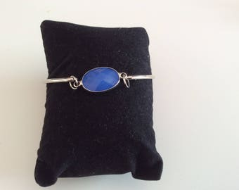 Bangle in silver and light Sapphire opaque.