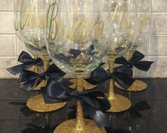 Bridesmaid Glitter Wine glass in gold - bridal party gifts - custom wine glasses - bachelorette party gifts -bridesmaids gifts -