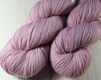 Skein hand - dyed Fingering - 100% superwash Merino - 100 g / 400 m - English Rose