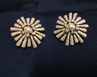 Vintage Pair of Gold Tone Floral Trifari Clip On Earrings - Daisy