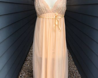 1970s nightgown // vintage nightgown // peach nightgown // lace nightgown