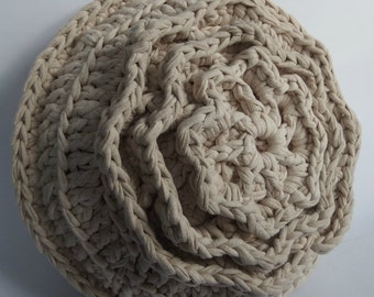 Large round pillow with crochet flower,crochet of t shirt yarn. The pillow is incl. Inner cushion with beige cover.