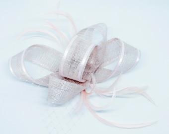 Erröten rosa Fascinator auf einem Kamm, Haarreif oder Clip.