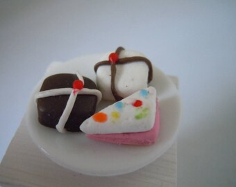 Miniature Pastries ~ Pastry ~ Icing ~ Food ~ Kitchen ~ Bakery ~ Sweats ~ Miniature ~ Fairy garden ~ Dollhouse ~ Terrarium ~ Accessories