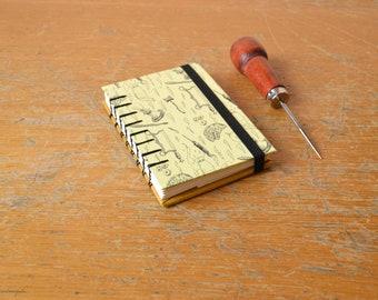 Quaderno giallo Frankenstein. Bullet Journal in formato A7 con legatura copta, copertina rigida e  nastro elastico nero