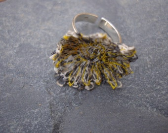 Ring in linen and cotton on a silver base, ring in silver grey and yellow, machinestitched ring, textile and silver ring