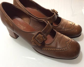 Vintage 1960 shoes with buckle and Cuban heels / Retro leather caramel pumps