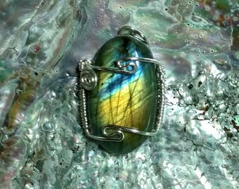 Labradorite pendant multi-directional flash in blue green and gold