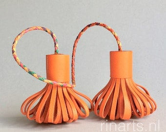 Tassel bag charm POMPOM DUO in orange leather. Double tassel bag charm.