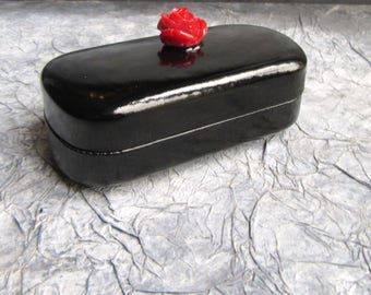 Box 22 black and red rose