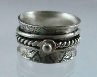 Spinner ring with 3 wires that spin inside band