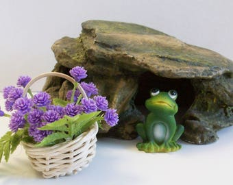Rock look frog house with miniature frog and flower basket: Terrariums fairy and gnome garden house