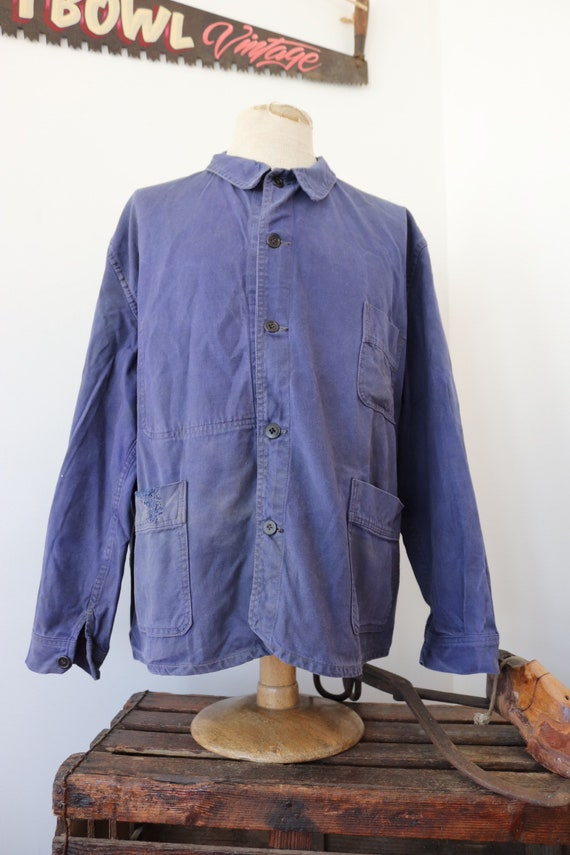 """Vintage 1950s 50s french bleu de travail blue cotton twill chore work jacket workwear 55"""" chest sun faded darned repaired (12)"""
