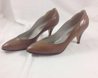 vintage Bandolino scalloped brown heels - size 7.5