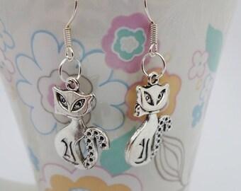 Dangle earrings,silver cat earrings,cat jewelry,kitty cat earrings,kitten earrings,cat themed gifts,cat lady gift,drop earrings,cat charm