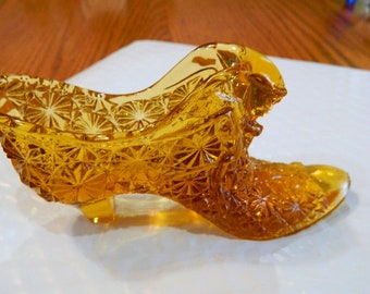 Vintage collectible Daisy Pattern with CAT Amber Glass Shoe or Slipper ******