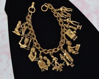 Bracelet à breloques vintage de dix commandements en métal doré par Coro