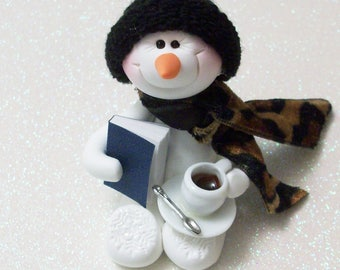Schneemann Ornament: ein gutes Buch und einer Tasse Kaffee sind alles was ich brauche. Fimo Schneemann Dekoration