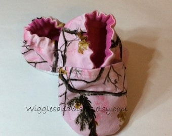 Realtree pink camo baby shoes, crib shoes, booties, baby girl, Real Tree