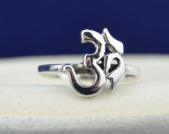 Beautiful sterling silver ring with OM design in sizes 5, 6, 7, 8, 9