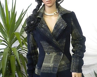Elegant ladies' cashmere coat with lapel collar and double-breasted buttoning.