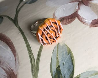 Cute danish pastry adjustable ring. Decora.