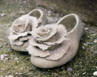 Beige bridal alpaca wool slippers for women with rose brooches, Bridal shower Bride slippers, Bridesmaid Felted slippers, Bachelorette idea