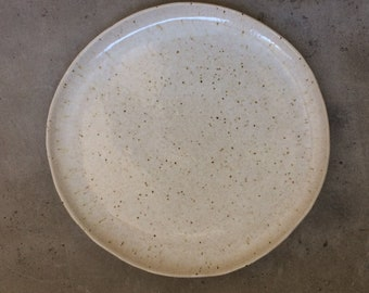 Plate of Crate & Barrel, USA, diameter 21 cm. Flat Small Edge