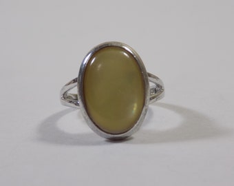 Beautiful mother of pearl like sterling silver ring size 7