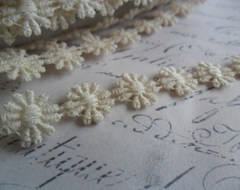 1/2 inch Natural Ivory Cotton Petite Daisy Chain Trim
