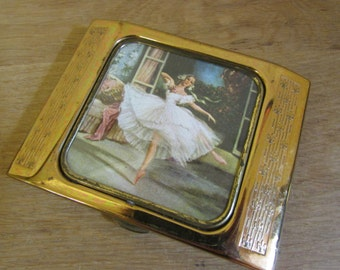 Beautiful vintage Gwenda ladies gold-tone cigarette case with internal mirror, featuring image of ballerina to lid
