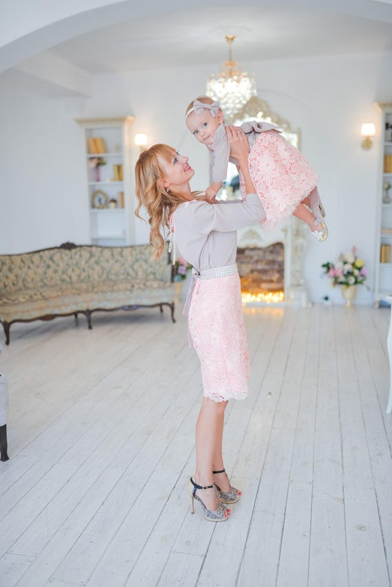 Mama und mich die passende Spitze Kleider rosa erröten Mutter