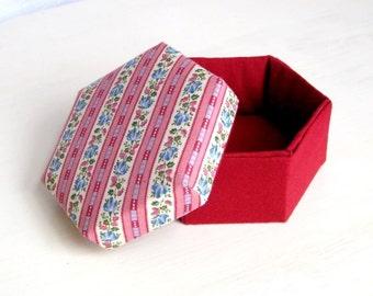Box hexagonal fabric striped maroon m