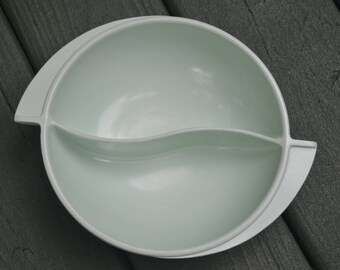 eb2557 BOONTON Divided Serving Dish Bowl #605 N.J. USA Pale Sage Green Mid Century Melmac Plastic Dinnerware