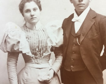Antique Cabinet Card - Photo of a Young Couple - Victorian/Edwardian - 1800s (19th Century)