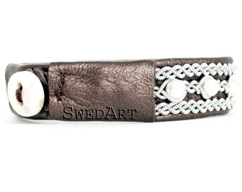 SwedArt B98 Madeleine Swedish Sami Leather Bracelet with Pearls and Antler Button Pearl-Brown MEDIUM